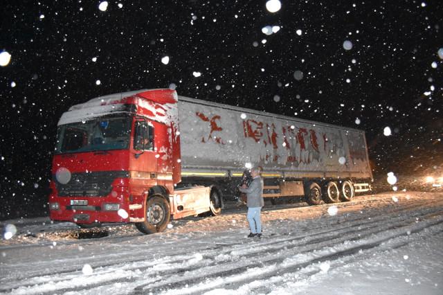Nisan'da Yağan Kar Yağışı Araç Sürücülerini Zorluk Yaşattı